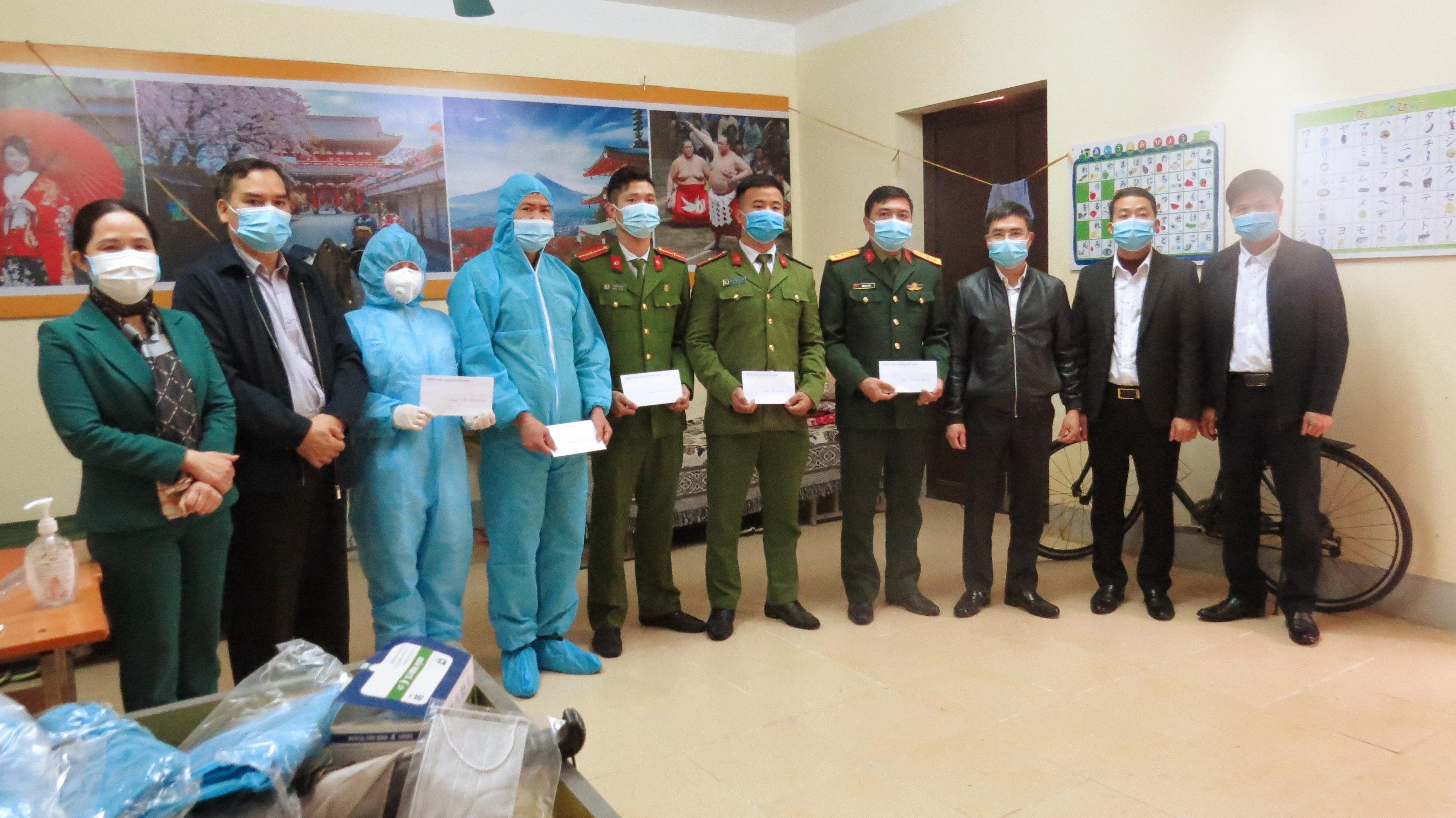 Thăm, tặng quà chúc Tết cán bộ đang làm nhiệm vụ và công dân đang thực hiện cách ly y tế tại khu cách ly tập trung Trường Cao đẳng nghề Cơ điện, Xây dựng Việt Xô (cơ sở 2)