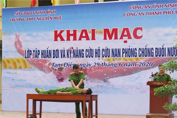 Trường Trung học phổ thông Nguyễn Huệ khai mạc lớp Tập huấn bơi và kỹ năng phòng chống đuối nước cho học sinh